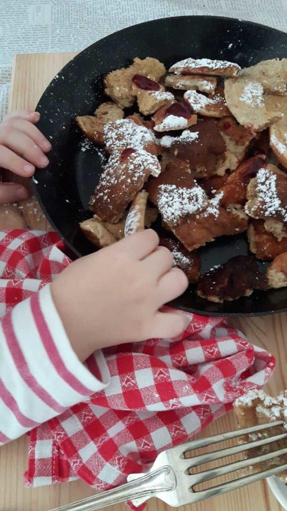 Das einfache und gelingsichere Rezept für leckeren Kaiserschmarrn wie im Skiurlaub schmeckt nicht nur Kindern. Küchentraum & Purzelbaum | #einfach | #lecker