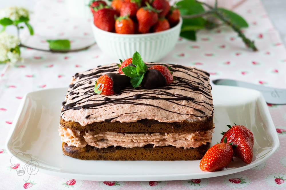 Read more about the article Erdbeerzeit – Erdbeer-Rhabarber-Torte