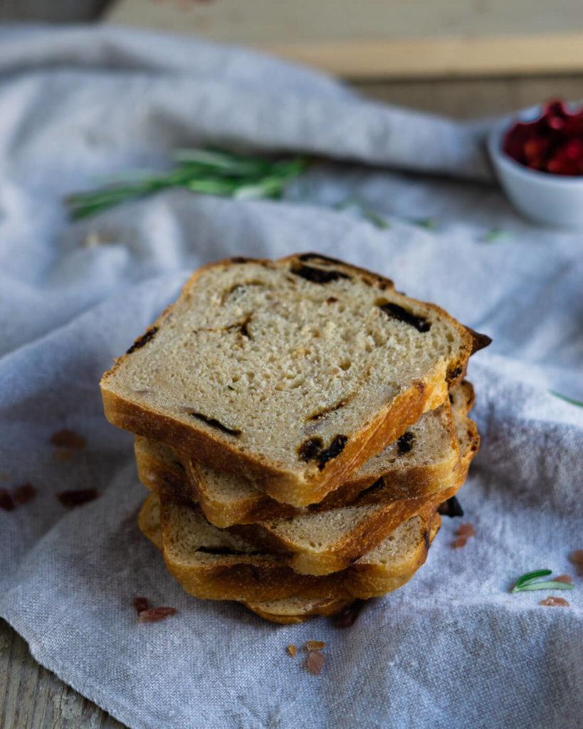 Brot mit Tomaten, Käse und Speck
