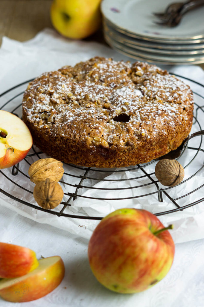 Schnell und lecker. Unter diesem Motto steht dieser tolle Dinkel-Apfelkuchen mit einer schönen knusprigen Kruste. Küchentraum & Purzelbaum | #apfel | #dinkel-apfelkuchen| #herbst | #apfelkuchen