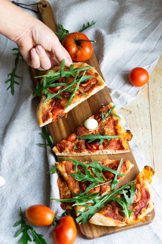 PinsaEntdeckt das Rezept für eine leckere Pinsa Romana. Pinsa ist eine Verwandte der Pizza und kommt mit einer sehr geringen Hefemenge aus. Küchentraum & Purzelbaum