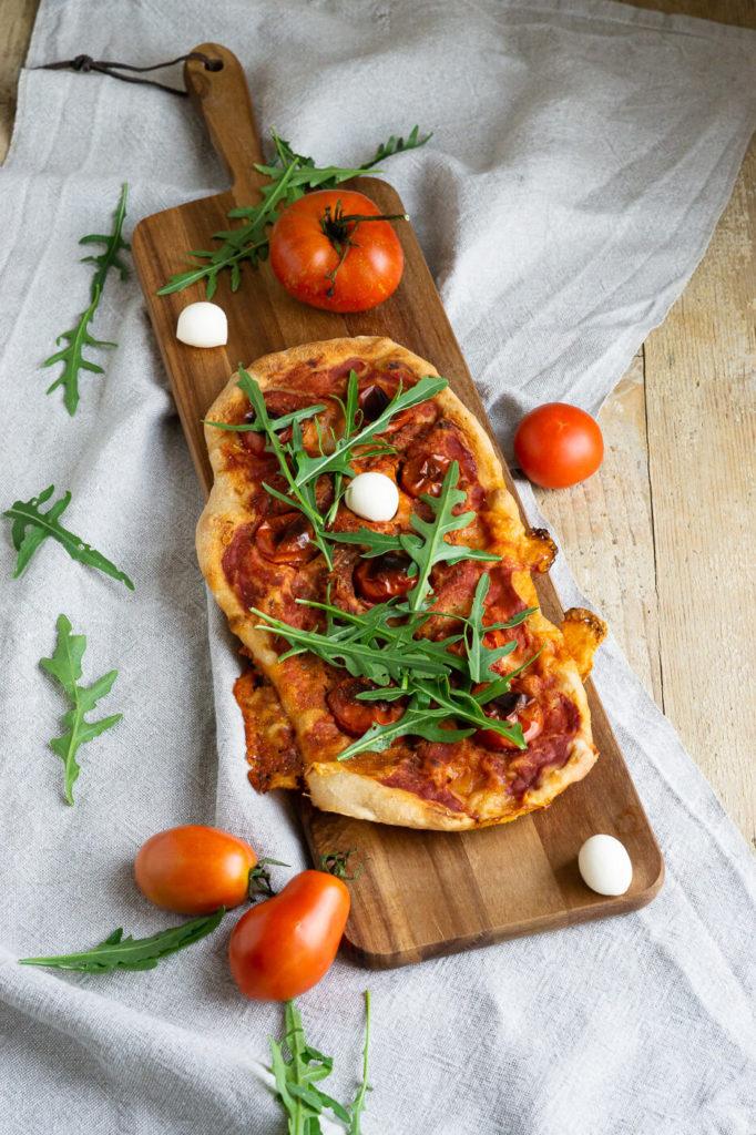 Entdeckt das Rezept für eine leckere Pinsa Romana. Pinsa ist eine Verwandte der Pizza und kommt mit einer sehr geringen Hefemenge aus. Küchentraum & Purzelbaum