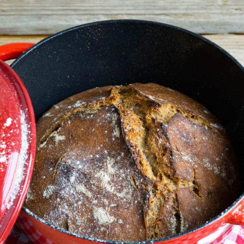 Leckeres Topfbrot ohne Kneten mit Dinkelmehl und Emmervollkornmehl. Küchentraum & Purzelbaum | #topfbrot | #brotohnekneten | #brot