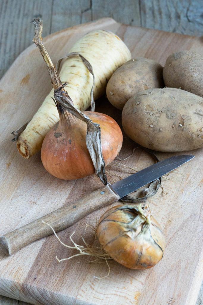Pastinaken sind ein typisches Wintergemüse. Ich zeige euch ein Rezept für eine leckere und cremige Pastinakensuppe mit knusprigen Brotchips. Küchentraum & Purzelbaum | #suppe | #wintergemüse | #pastinake