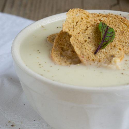 Pastinaken sind ein typisches Wintergemüse. Ich zeige euch ein Rezept für eine leckere und cremige Pastinakensuppe mit knusprigen Brotchips. Küchentraum & Purzelbaum   #suppe   #wintergemüse   #pastinake
