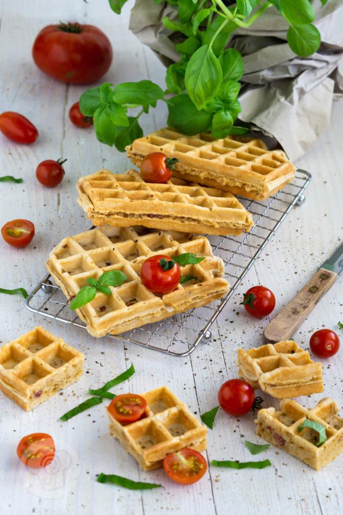 Einfaches Rezept für herzhafte Waffeln mit Speck und Zwiebeln. Die leckeren Waffeln sind ideal als herzhaftes Frühstück oder als Hauptspeise mit einem frischen Salat. Küchentraum & Purzelbaum
