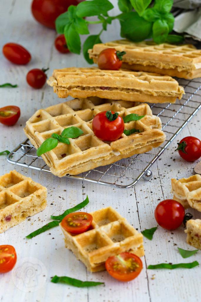 Einfaches Rezept für herzhafte Waffeln aus Hefeteig mit Speck und Zwiebeln. Die leckeren Waffeln sind ideal als herzhaftes Frühstück oder als Hauptspeise mit einem frischen Salat. Küchentraum & Purzelbaum