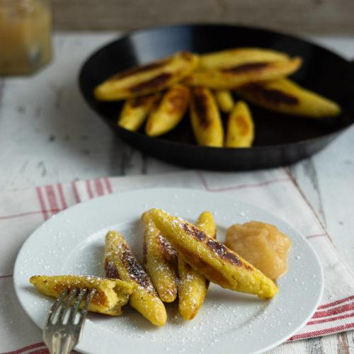 Schupfnudeln, Fingernudeln, Bubenspitzle. 3 Namen, ein Gericht. Ich zeige euch, wie ihr leckere Schupfnudeln selbst machen könnt. Das Rezept gibt es auf dem Blog. Küchentraum und Purzelbaum | #schupfnudeln | #fingernudeln | #rezepte