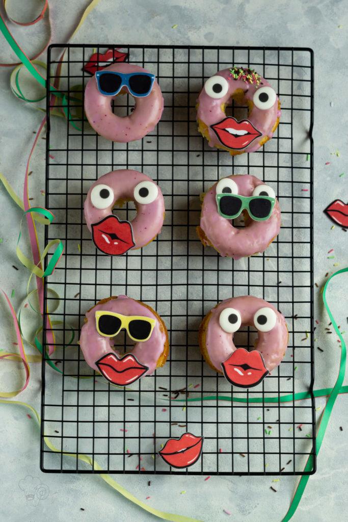 Diese leckeren Donuts werden im Ofen gebacken und sind das des Biskuits herrlich luftig und leicht. Das dürft ihr euch nicht entgehen lassen. Küchentraum & Purzelbaum   #donuts   #biskuit   #backen
