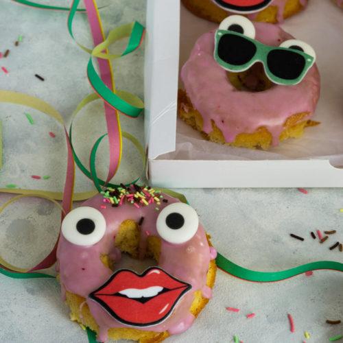 Diese leckeren Donuts werden im Ofen gebacken und sind das des Biskuits herrlich luftig und leicht. Das dürft ihr euch nicht entgehen lassen. Küchentraum & Purzelbaum | #donuts | #biskuit | #backen