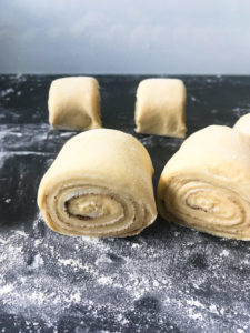 Kennt ihr Franzbrötchen? Bei mir gibt es ein Rezept für das leckere Gebäck aus Plunderteig ohne Weizen, sondern mit Dinkelmehl und Dinkelvollkornmehl. Für Saftigkeit sorgen Kartoffeln. Probiert den perfekten Teig für die Dinkel Franzbrötchen mal aus. Küchentraum & Purzelbaum | #franzbrötchen | #plunderteig | #gebäck