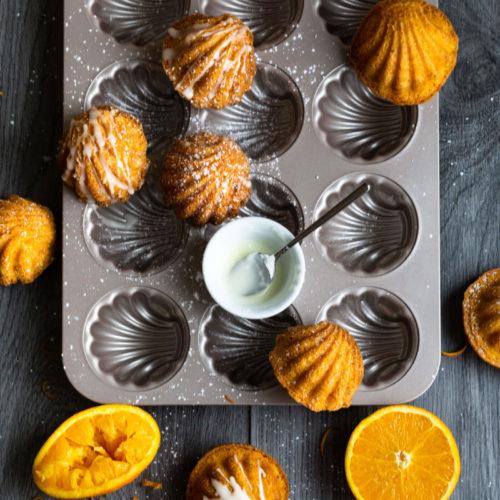 Probiert doch mal das Rezept für diese leckeren Madeleines mit Orange. Sie sind herrlich fruchtig und frischen und machen Lust auf den Sommer. Küchentraum & Purzelbaum   #madeleines   #orange   #sommer