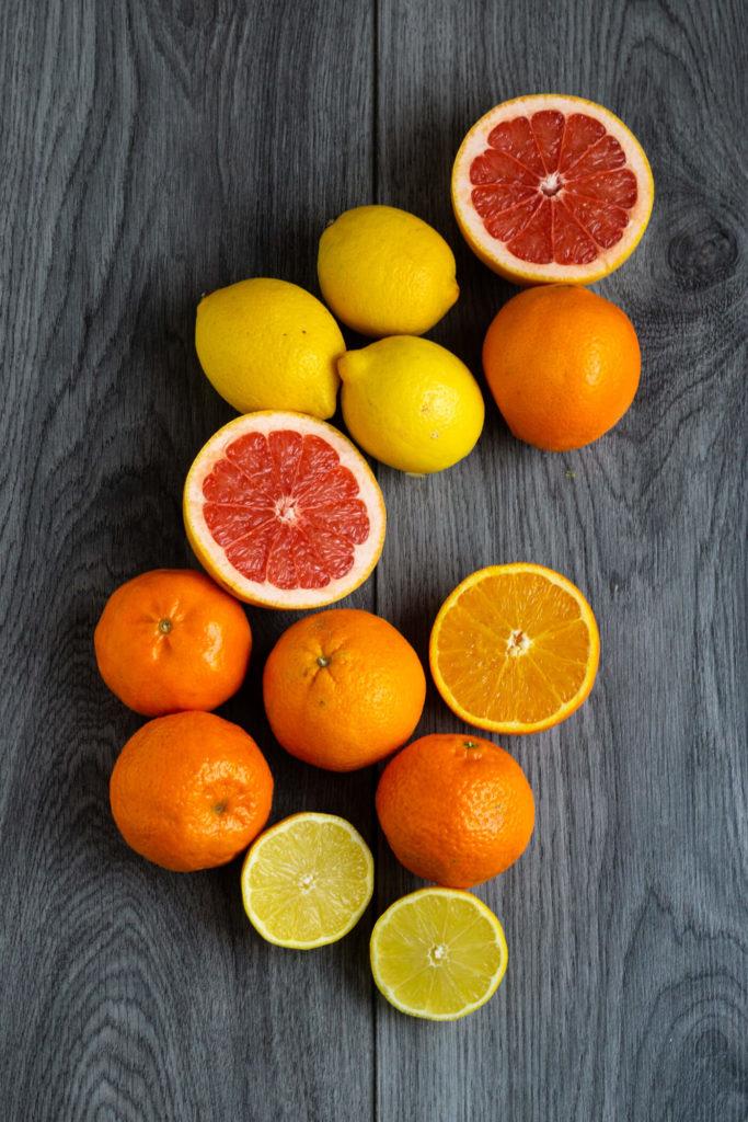 Probiert doch mal das Rezept für diese leckeren Madeleines mit Orange. Sie sind herrlich fruchtig und frischen und machen Lust auf den Sommer. Küchentraum & Purzelbaum | #madeleines | #orange | #sommer
