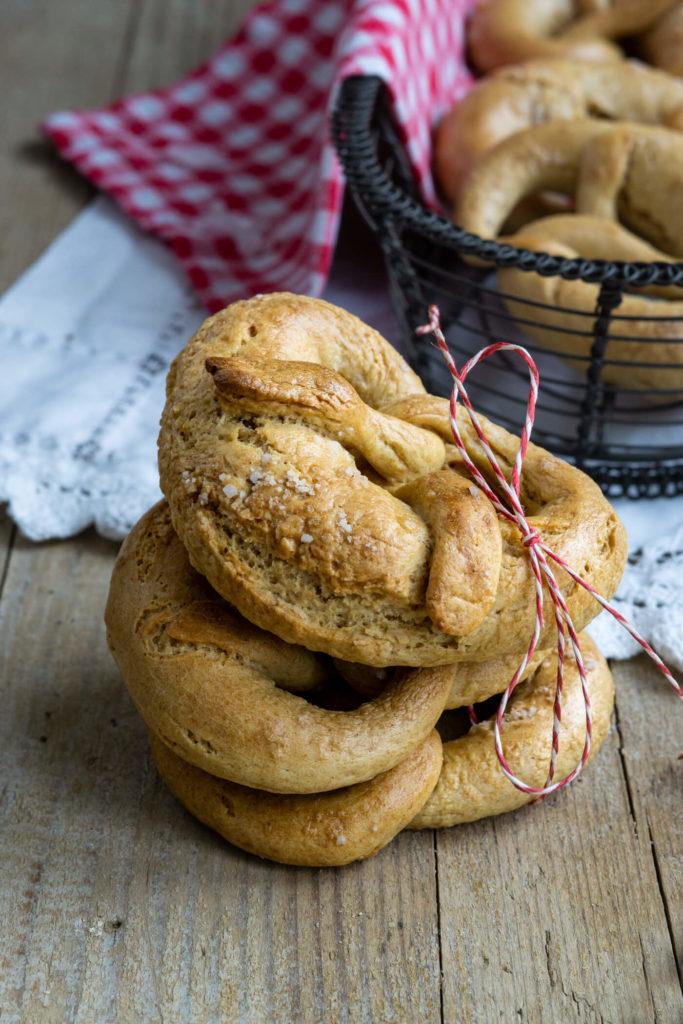Ihr sucht eine Alternative zu Laugenbrezeln? Dann probiert doch mal diese tollen Hefebrezeln aus. Sie sind perfekt zum Frühstück oder zur Brotzeit. Küchentraum & Purzelbaum | #brezeln | #frühstück | #brotzeit
