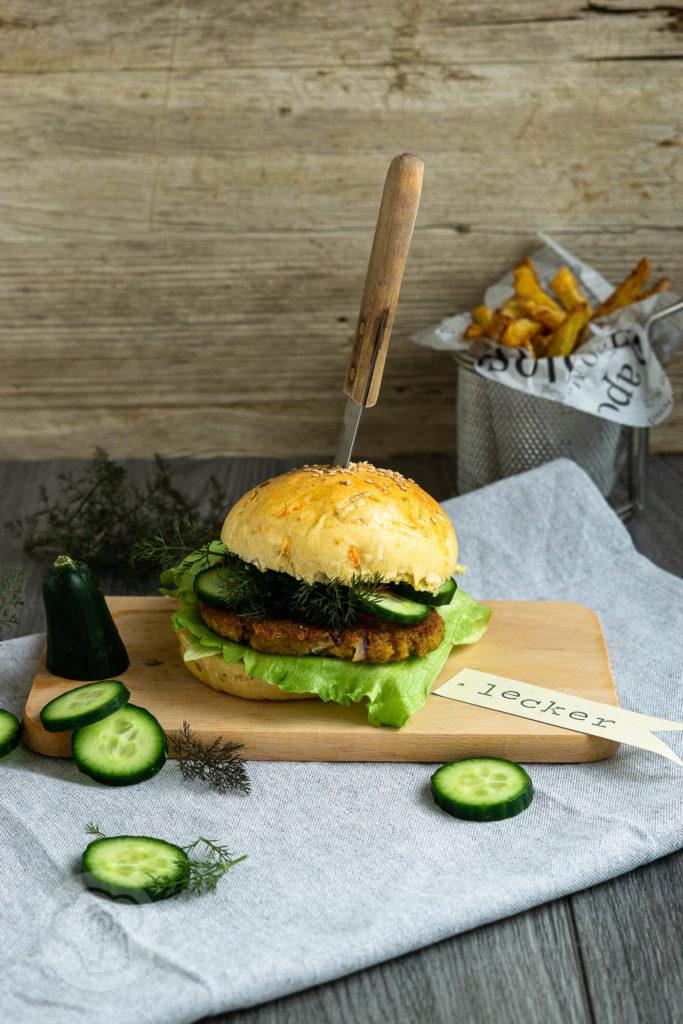 Vegetarischer Grünkern Burger mit einem leckeren Burger Bun mit Karotten und Lauch. Passt zum Mittagessen, zum Abendessen oder einfach zwischendurch wenn der Hunger kommt. Küchentraum & Purzelbaum | #burger | #grünkern | #vegetarisch