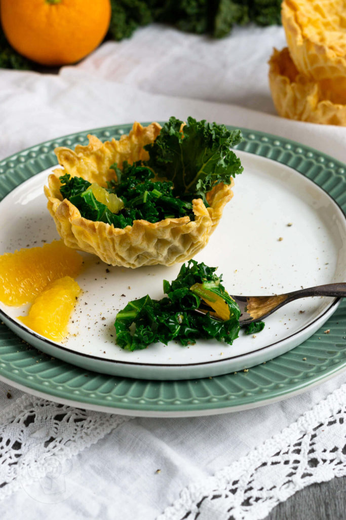 Gerade im Winter braucht unser Körper viele Vitamine und Nährstoffe. Da ist ein leckerer Grünkohlsalat mit Orangen genau der richtige Imunbooster und Vitamin C Lieferant. Dazu gibt es ein knuspriges Waffelkörbchen. Den Salat könnt ihr als Vorspeise oder auch als Beilage essen. Küchentraum & Purzelbaum   #salat   #grünkohl   #orange