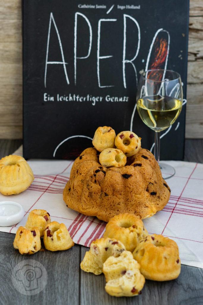 Rezept für einen pikanten Gugelhupf mit Zwiebeln und Speck. Dieser herzhafte Hefekuchen ist der perfekte Begleiter zum Apéro. Küchentraum & Purzelbaum | #gugelhupf | #pikanterKuchen | #hefeteig
