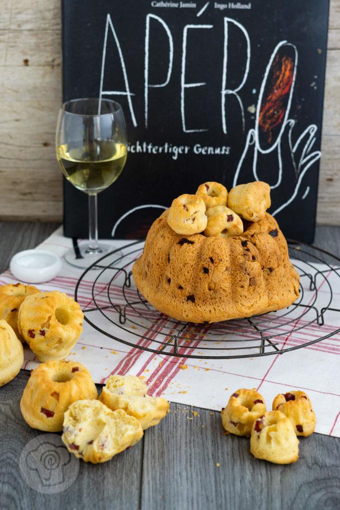 Rezept für einen pikanten Speckgugelhupf mit Zwiebeln. Dieser herzhafte Hefekuchen ist der perfekte Begleiter zum Apéro. Küchentraum & Purzelbaum | #gugelhupf | #pikanterKuchen | #hefeteig