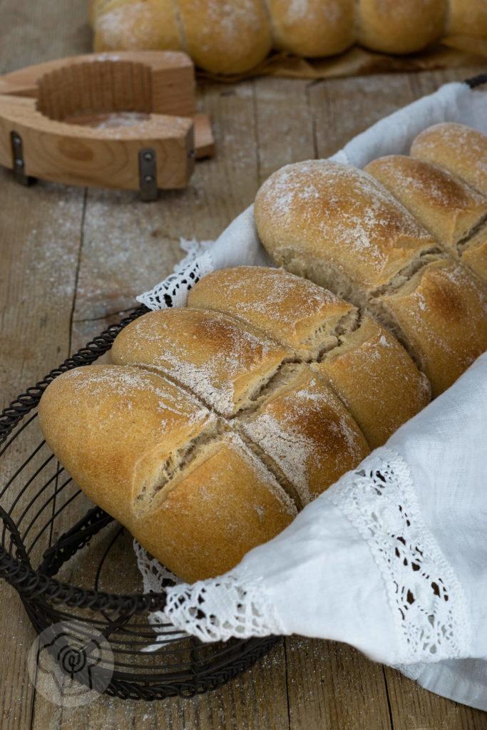 Gutes Brot selber backen ist gar nicht schwer. Probiert doch mal das Tessiner Brot mit Trockenhefe aus. Es passt zum Picknick, zum Frühstück, zum Abendessen oder zu einer leckeren Brotzeit. Küchentraum & Purzelbaum | #brot | #brotbacken | #rezept