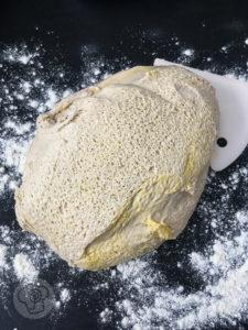 Kennt ihr Bialystoker Kuchen (kurz Bialys)? Das ist ein leckeres polnisches Hefegebäck jüdischen Ursprungs. Ich habe sie mit Spargel gefüllt, im Pizza Style und im Tex-Mex Style. Sie sind ein tolles Mittagessen oder Abendessen. Küchentraum & Purzelbaum | #bialy | #hefeteig | #bialys