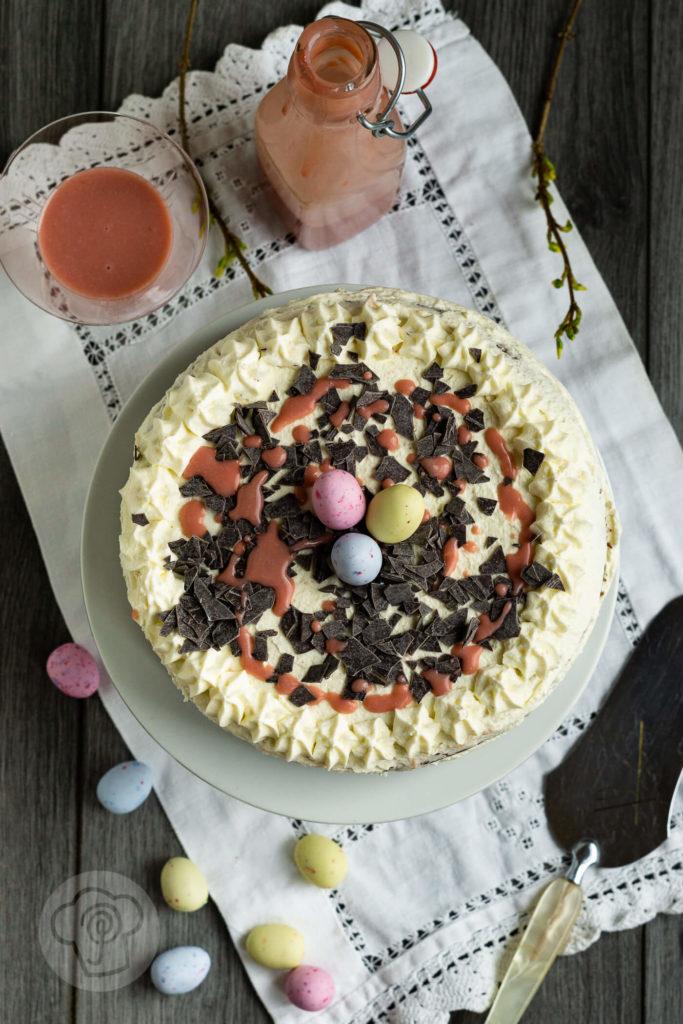 Diese saftige Eierlikör Torte mit Himbeeren schmeckt nicht nur zu Ostern, sondern ist ein absolutes Highlight auf jeder Kaffeetafel oder Familienfeier. Küchentraum & Purzelbaum | #eierlikör | #ostern | #backen