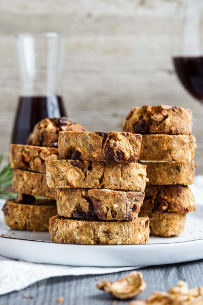 Diese pikanten Cantuccini mit Walnüssen, Cashew Nüssen und Rosmarin sind der perfekte gesunde Snack zu einem Glas Wein oder einfach zum Knabbern zwischendurch. Küchentraum & Purzelbaum | #snack | #gesund
