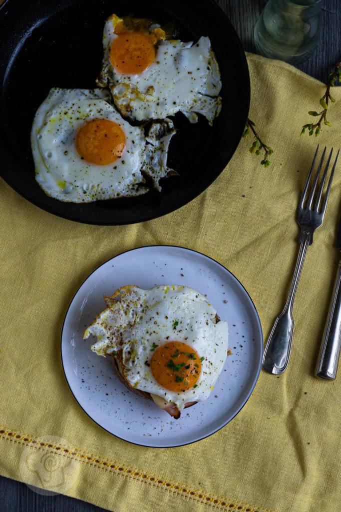 Das französische Sandwich Croque Madame ist der ideale Snack für Zwischendurch. Es passt aber auch zum Frühstück, zum Mittagessen oder zum Abendessen. Es schmeckt einfach immer. Durch leckere Vinschgauer wird ein vollwertiges Gericht daraus. Küchentraum & Purzelbaum | #snack | #sandwich