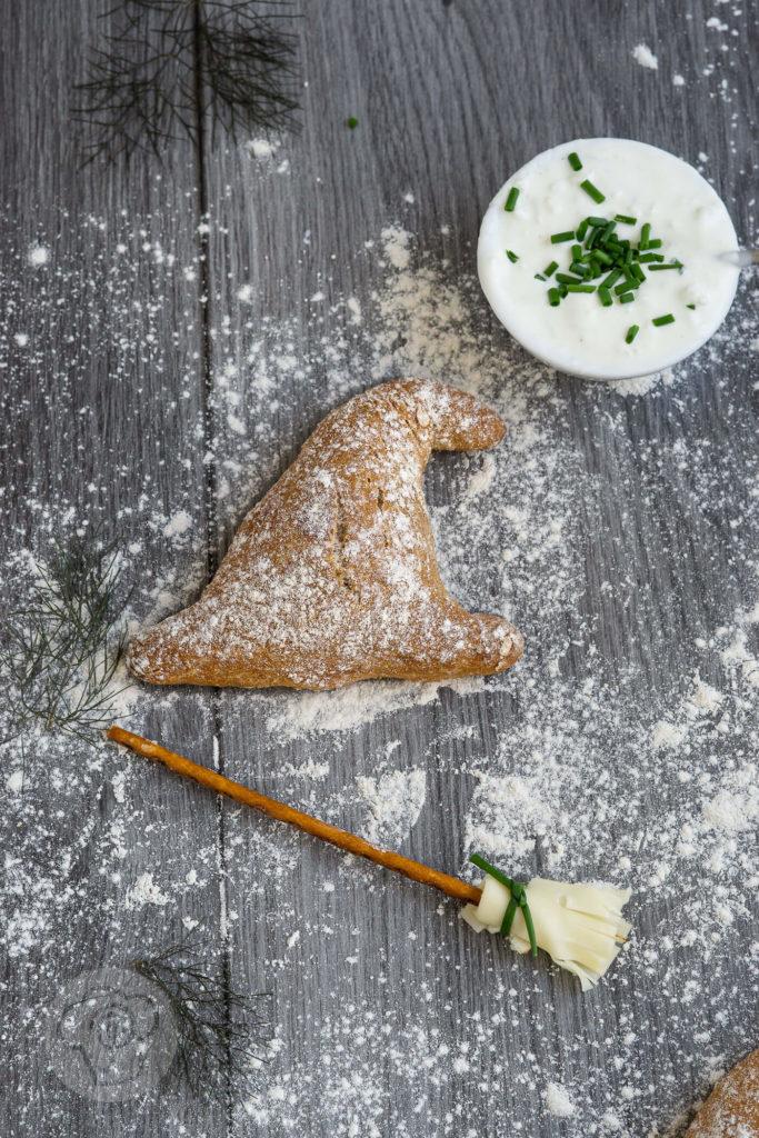 Einfache Dinkelbrötchen mit Haferflocken und Joghurt. Formt sie zu Hexenhüten für die Walpurgisnacht oder Halloween oder zu normalen Brötchen zum Abendessen. Küchentraum & Purzelbaum   #brötchen   #dinkel