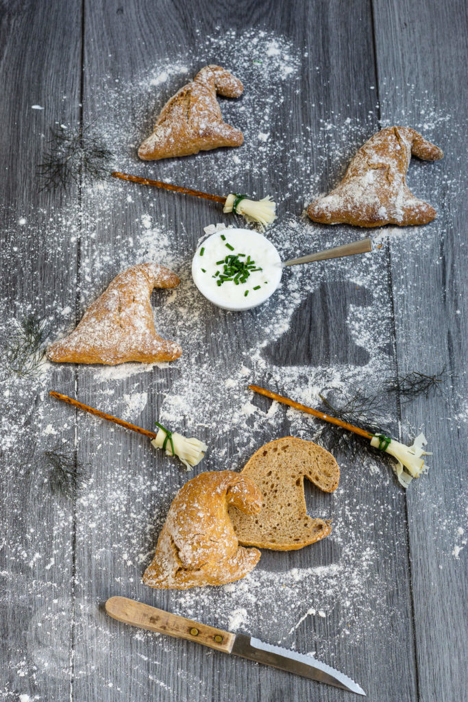 Einfache Dinkelbrötchen mit Haferflocken und Joghurt. Formt sie zu Hexenhüten für die Walpurgisnacht oder Halloween oder zu normalen Brötchen zum Abendessen. Küchentraum & Purzelbaum | #brötchen | #dinkel