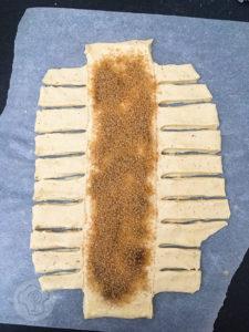 Kennt ihr die leckeren Zimstangen/Kanelstang aus Dänemark? Jetzt könnt ihr sie ganz einfach selber backen. Probiert es doch mal aus. Küchentraum & Purzelbaum | #zimtstange |#kanelstang | #backen