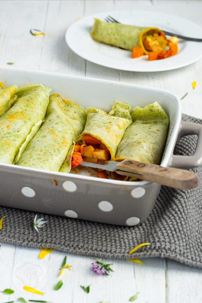Pfannkuchen gehen nur süß? Ich überzeuge euch vom Gegenteil mit diesen herzhaften Pfannkuchen mit Kräutern. Sie sind mit leckerem Gemüse gefüllt und dadurch vegetarisch. Küchentraum & Purzelbaum | #pfannkuchen | #herzhaftepfannkuchen | #vegetarisch
