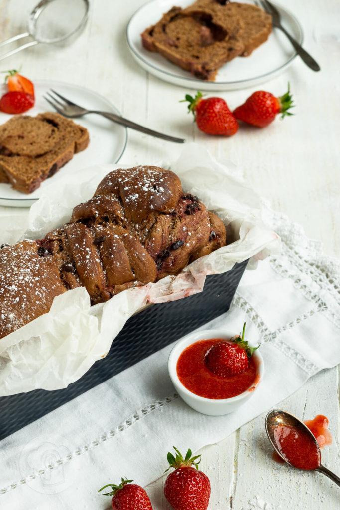 Leckere und fluffige Babka mit Kakao, Schokolade und Erdbeeren. Das Hefeteiggebäck schmeckt fruchtig und herrlich schokoladig zugleich. Probiert sie doch direkt mal aus. Küchentraum & Purzelbaum | #babka | #hefeteig | #schokolade