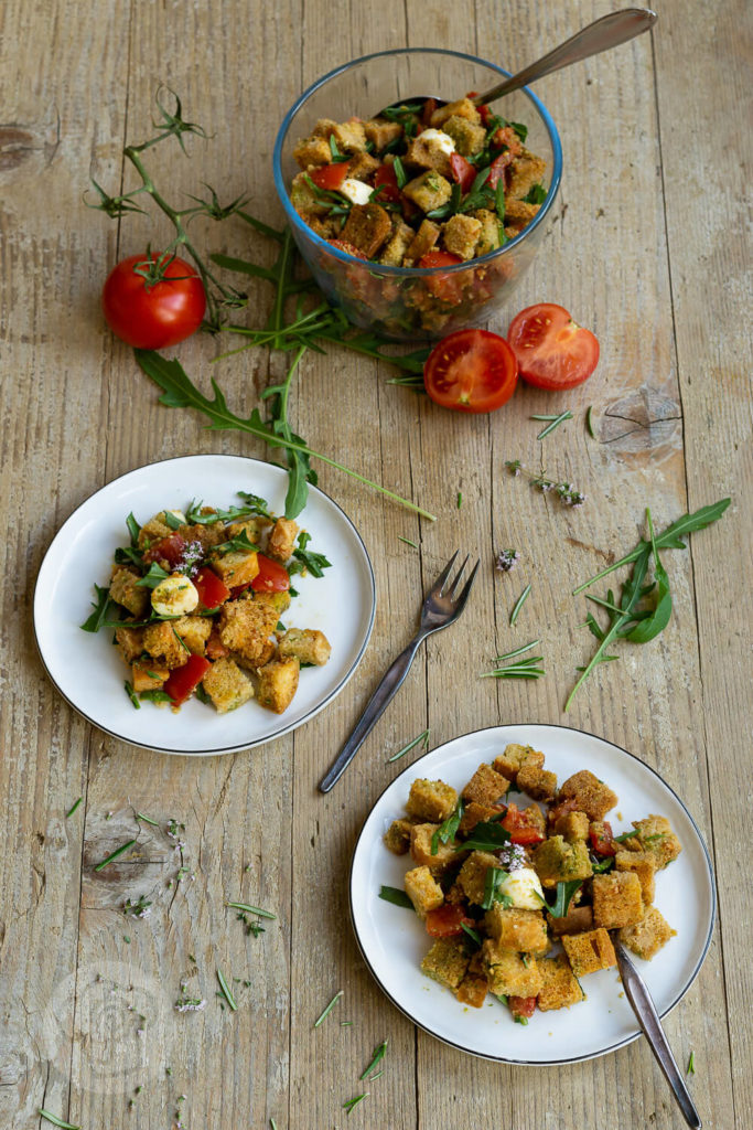 Dieses einfache Rezept für Brotsalat mit Tomaten, Mozzarella und Rucola ist schnell gemacht. Der Salat schmeckt als Beilage zum Grillen, zum Picknick oder einfach so. Der pure Geschmack nach Sommer. Küchentraum & Purzelbaum | #salat | #sommer | #brotsalat