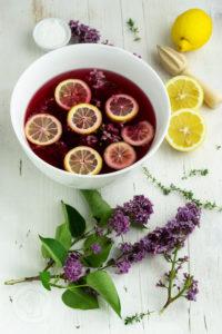 Kennt ihr schon DAS Sommergetränk 2020? Dann probiert unbedingt diesen leckeren Cocktail mit Fliedersirup, Gin und Sekt. Der FLIN ist einfach und schnell gemacht und schmeckt unglaublich lecker. Dazu ein paar knusprige Kekse mit Käse und Thymian. Küchentraum & Purzelbaum | #drink | #gin | #sommergetränk