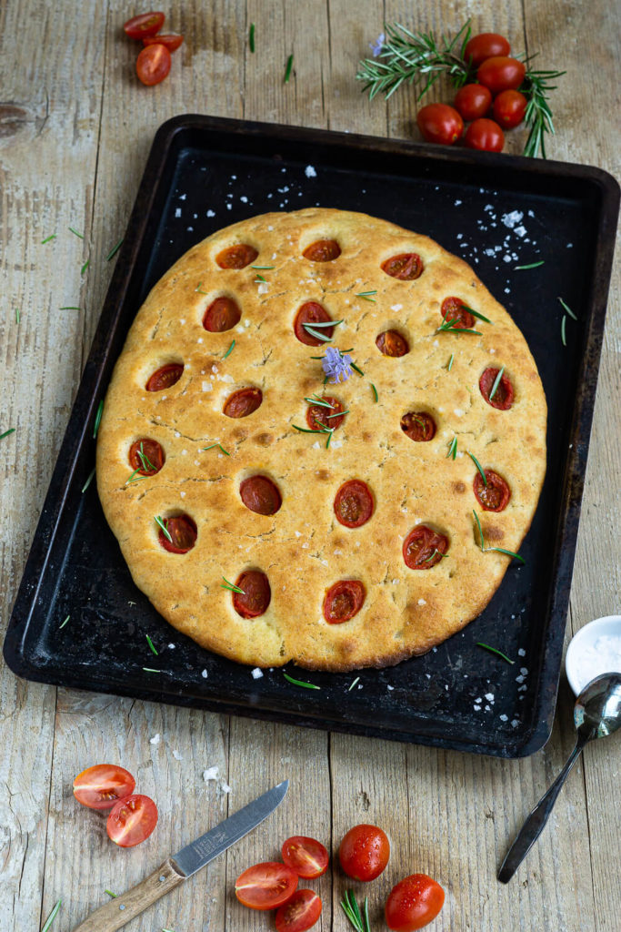 Leckere Focaccia mit Tomaten ohne Kneten mit Übernachtgare. Der Teig wird nur verrührrt und kommt über Nacht in den Kühlschrank. Probiert dieses tolle Rezept einfach mal aus. Sie ist der perfekte Snack für zwischendurch oder für ein Picknick. Küchentraum & Purzelbaum   #focaccia   #ohnekneten