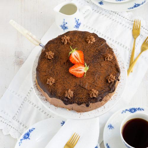 Die Prinzregententorte ist ein Klassiker der bayerischen Küche. Hierbei werden sieben dünne Biskuitböden mit einer leckeren Schokoladen-Buttercreme gefüllt, darüber kommt ein Schokoguss. Am besten schmeckt sie natürlich, wenn der Schokopudding selbst gemacht ist. Das Rezept für diese Torte ist ein Muss für alle Schokoholics. Küchentraum & Purzelbaum | #torte | #schokolade