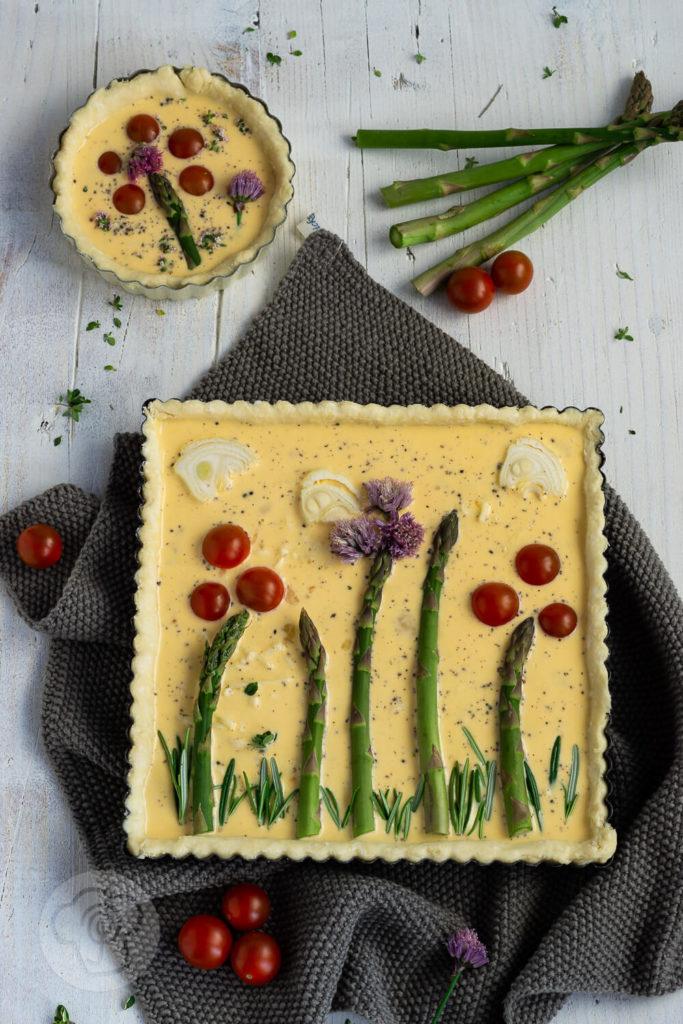Diese Spargeltarte mit Mürbteig schmeckt nicht nur lecker, sie ist auch optisch ein absolutes Highlight. Die Tarte mit Spargel ist ein raffiniertes Essen, das sich auch als Buffet-Idee gut eignet. Küchentraum & Purzelbaum | #spargel | #tarte