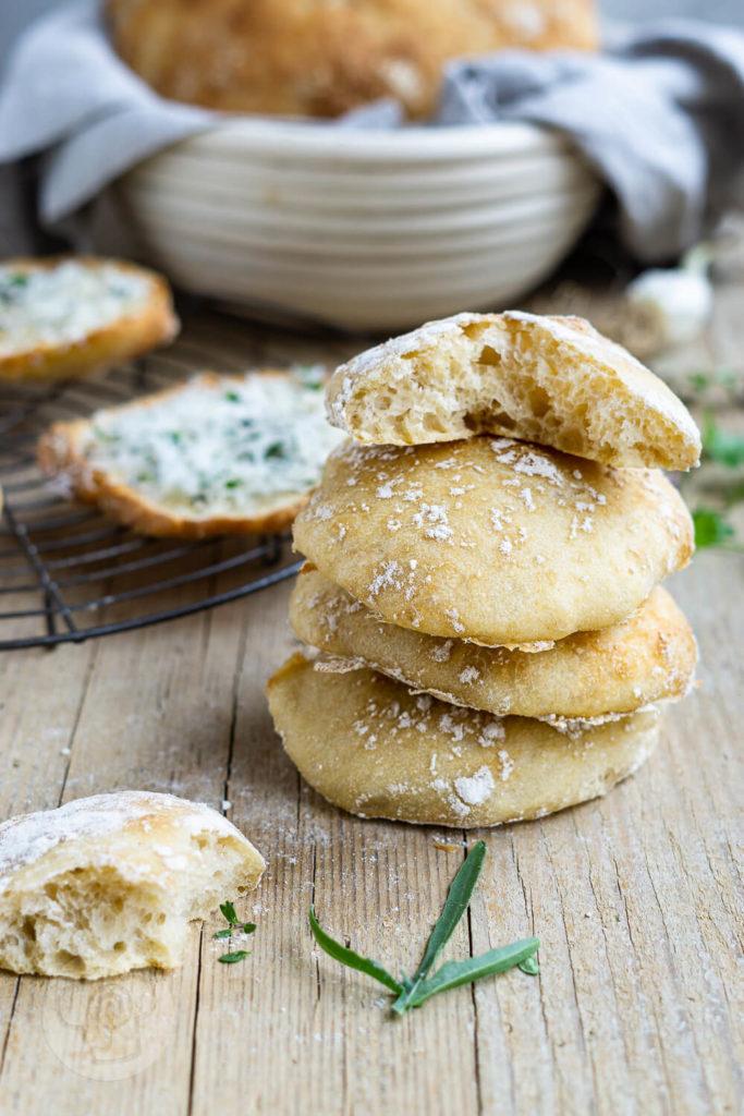 Herrlich weiches Ciabatta mit Dinkel wie in Italien. Mit ein bisschen Geduld gelingt euch das italienische Brot auch zu Hause. Es schmeckt pur zum Grillen, zum Salat oder als Knoblauchbrot mit Parmesan. Küchentraum & Purzelbaum   #ciabatta   #italien   #brot