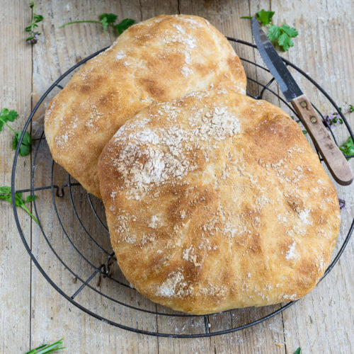 Herrlich weiches Ciabatta mit Dinkel wie in Italien. Mit ein bisschen Geduld gelingt euch das italienische Brot auch zu Hause. Es schmeckt pur zum Grillen, zum Salat oder als Knoblauchbrot mit Parmesan. Küchentraum & Purzelbaum | #ciabatta | #italien | #brot