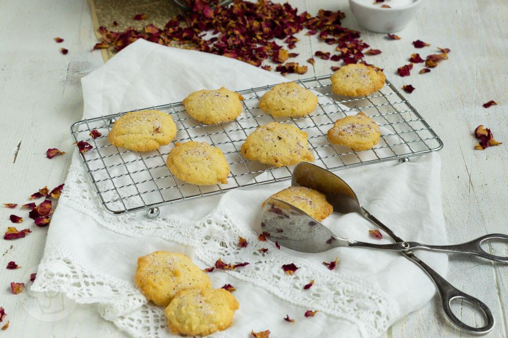 Backen mit Rosen? Ja, das geht. Mit diesem leckeren Rosenplätzchen Rezept geht das ganz einfach und die Kekse schmecken herrlich rosig. Sie passen gut zum Kaffee oder Tee und sind ein schönes Geschenk aus der Küche. Küchentraum & Purzelbaum   #kekse   #plätzchen   #rosen