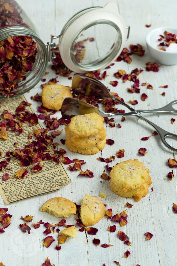 Backen mit Rosen? Ja, das geht. Mit diesem leckeren Rosenplätzchen Rezept geht das ganz einfach und die Kekse schmecken herrlich rosig. Sie passen gut zum Kaffee oder Tee und sind ein schönes Geschenk aus der Küche. Küchentraum & Purzelbaum | #kekse | #plätzchen | #rosen