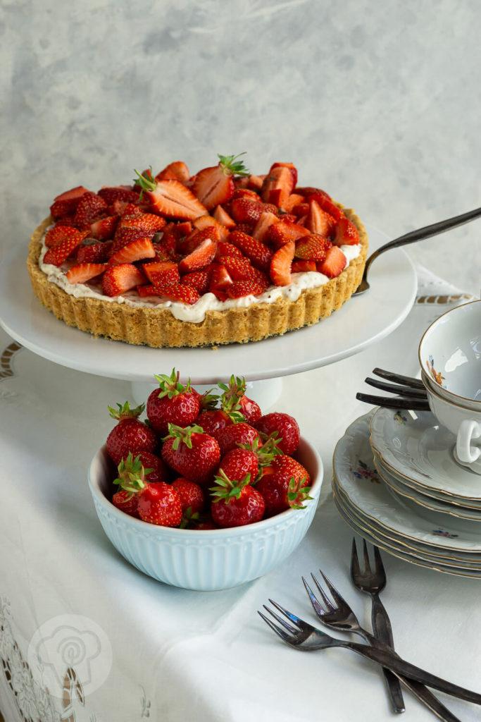 Erdbeeren dürfen in Schweden an Mittsommer nicht fehlen. Da ist diese schwedische Erdbeertorte perfekt. Zusammen mit Dulce de Leche, Sahne und Butter-Mandel-Karamell schmeckt diese SommertTorte nach Urlaub in Skandinavien. Küchentraum & Purzelbaum | #erdbeeren | #torte | #schweden