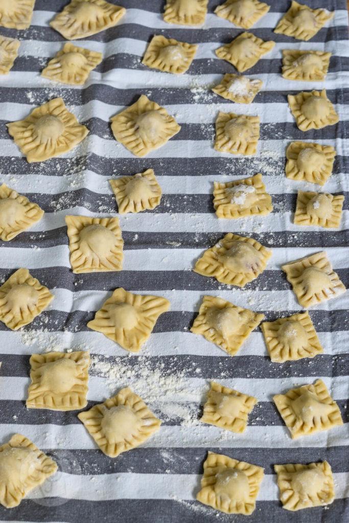 Fertiggerichte einfach selber machen: Probiert diese leckeren Ravioli mit Tomatensauce. Sie schmecken viel besser als Ravioli aus der Dose. Ihr diese tolle Pasta auch durch Einkochen konservieren und beim nächsten Campingurlaub essen. Küchentraum & Purzelbaum   #pasta   #nudeln   #tomaten   #ravioli