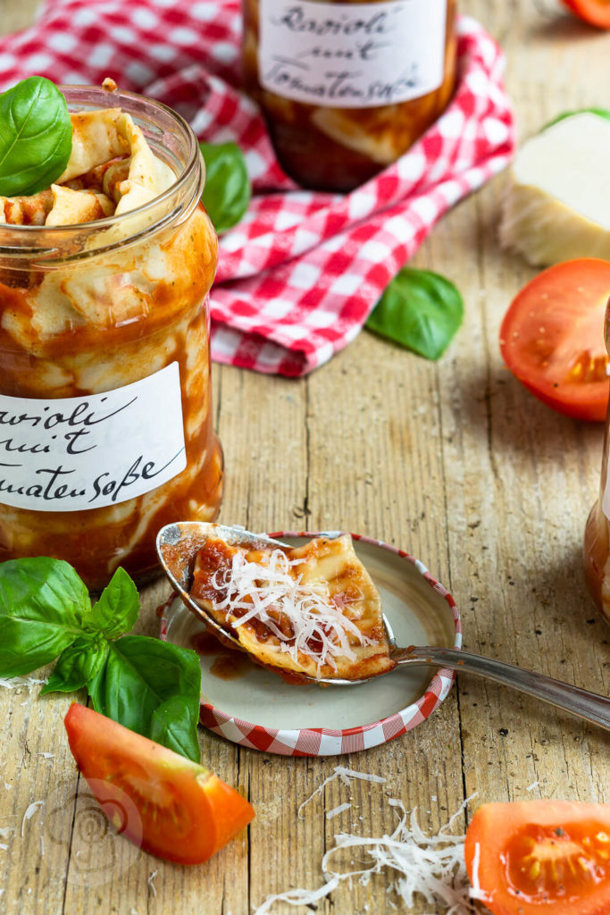 Fertiggerichte einfach selber machen: Probiert diese leckeren Ravioli mit Tomatensauce. Sie schmecken viel besser als Ravioli aus der Dose. Ihr diese tolle Pasta auch durch Einkochen konservieren und beim nächsten Campingurlaub essen. Küchentraum & Purzelbaum | #pasta | #nudeln | #tomaten | #ravioli