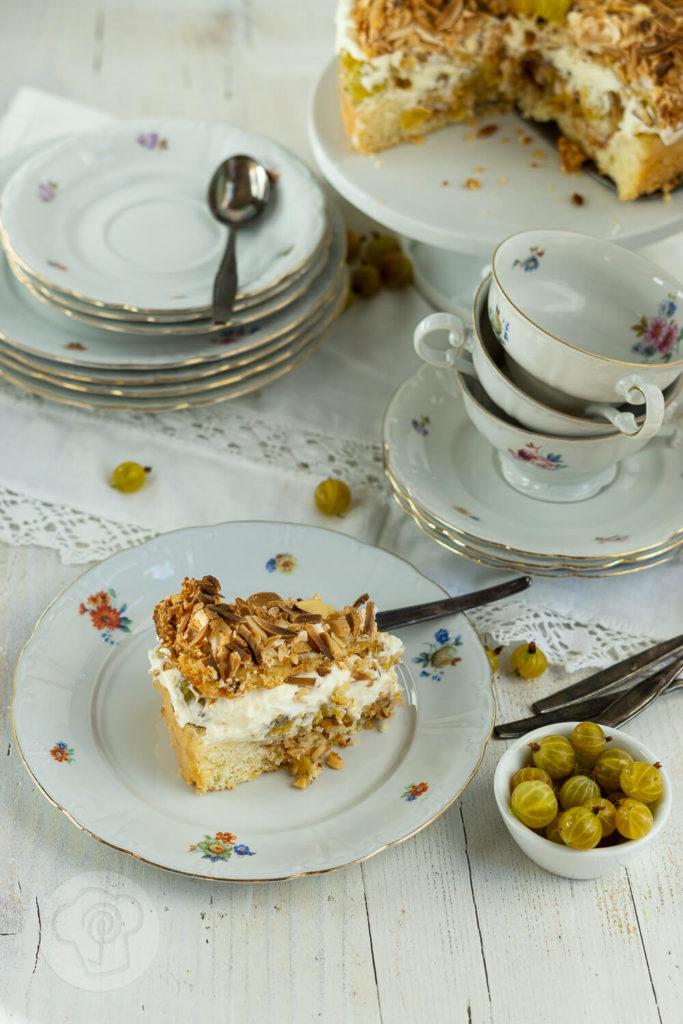 Diese leckere Stachelbeertorte mit Baiser setzt die säuerlichen Stachelbeeren perfekt in Szene. Schaut euch schnell das Rezept an. Küchentraum & Purzelbaum | #backen | #torte | #stachelbeeren