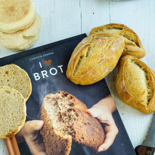 Leckere Brötchen einfach selber backen. Mit dem Rezept für diese knusprigen Buttermilch Brötchen mit Dinkel gelingt euch das bestimmt. Durch die Übernachtgare könnt ihr euch auf frische Brötchen zum Frühstück freuen. Küchentraum & Purzelbaum   #brötchen   #übernachtgare