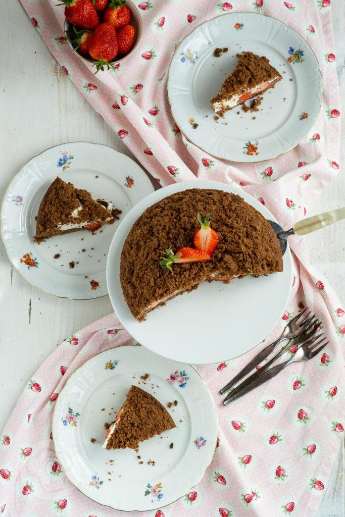 Wer hat Lust auf einen Kuchen Klassiker? Dann probiert doch mal meinen Maulwurfkuchen mit Erdbeeren. Super lecker und herrlich fruchtig. Der Kuchen schmeckt auch mit anderen Früchten wie z.B. Himbeeren total lecker. Küchentraum & Purzelbaum | #kuchen | #backen | #erdbeeren