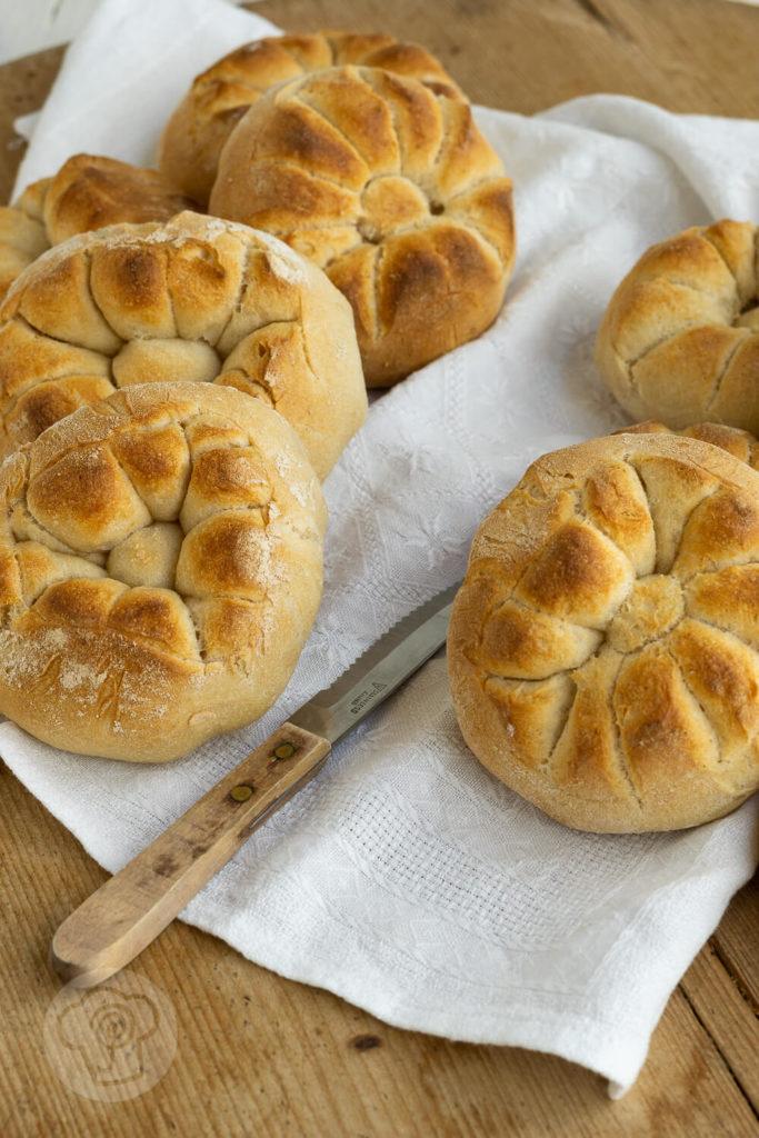 Leckere Frühstücksbrötchen aus Dinkel. Typische italienische Brötchen mit einer raffinierten Form: Rosette Soffiate Küchentraum & Purzelbaum | #brötchen | #backen | #dinkel