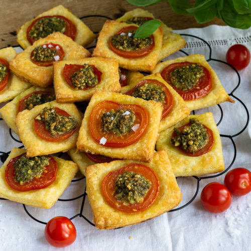 Diese Tomaten Quadrate mit falschem Blätterteig sind ein leckerer Snack für zwischendurch. Das Fingerfood ist schnell gemacht und schmeckt unglaublich lecker, egal ob zum Picknick, zu einem Glas Wein oder einfach so. Wenn ihr das Rezept für diesen falschen Blätterteig einmal ausprobiert habt, werdet ihr nie mehr Blätterteig kaufen! Küchentraum & Purzelbaum | #fingerfood | #tomaten | #snack