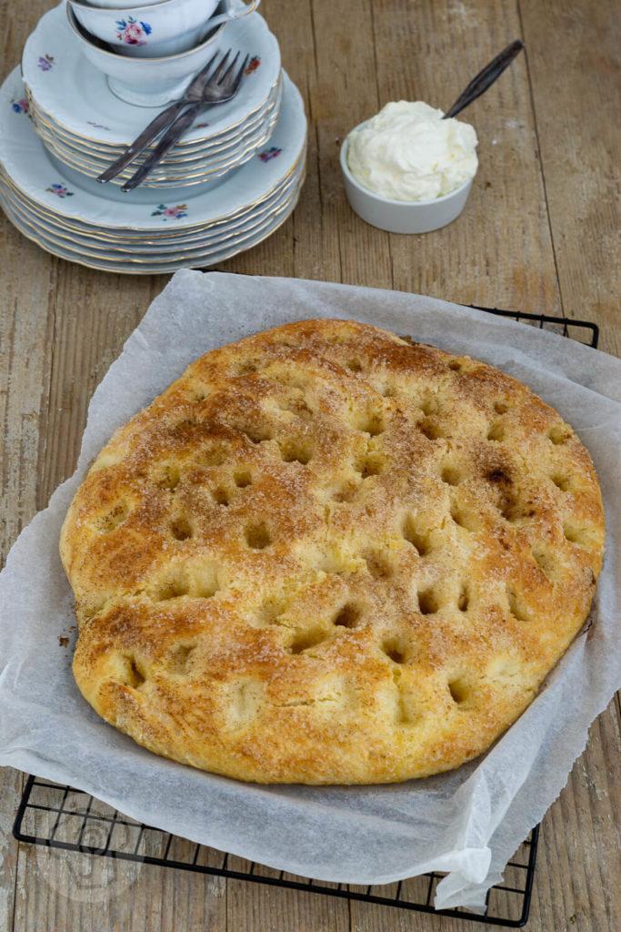 Saftiger Butterkuchen vom Blech mit Hefeteig wie von Oma. Nach diesem Kuchen werdet ihr süchtig. Versprochen! Küchentraum & Purzelbaum | #hefeteig | #backen | #butterkuchen